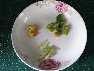 蒜苗烧黄鳝,葱、姜、杭椒切好备用