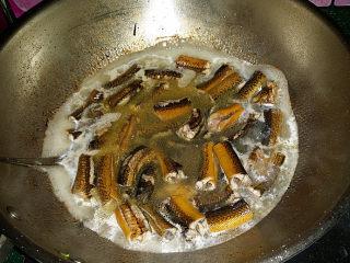 蒜苗烧黄鳝,倒入温水加盖大火