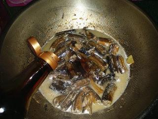 蒜苗烧黄鳝,滚开后来点白糖转小火
