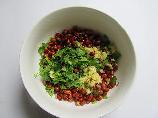 下酒菜凉拌黄瓜花生米,花生米放入芫荽、蒜泥拌匀