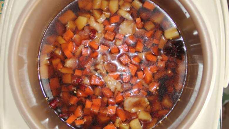 五花肉胡萝卜土豆焖饭,将调好的汁倒入电饭煲