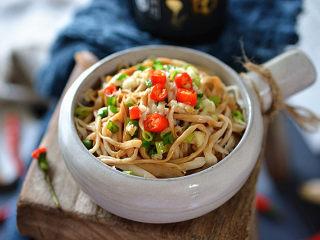 凉拌手撕杏鲍菇,最后把热油浇到葱花、蒜末上炸出香味,食用时拌匀即可