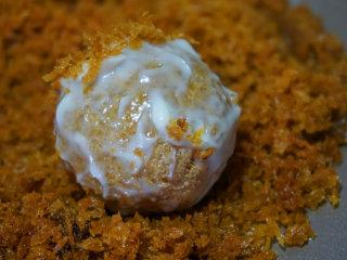 咸蛋豆腐球,然后放入炸好的面包糠中均匀的裹一层面包糠