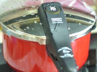 清蒸大闸蟹,盖上锅盖蒸20分钟。