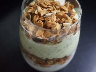 奇亚籽双色酸奶木糠杯,最后将剩余的麦片铺上奇亚籽牛油果酸奶上面