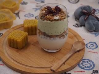 奇亚籽双色酸奶木糠杯,配上两块自制的月饼,一份早餐就搞定了。