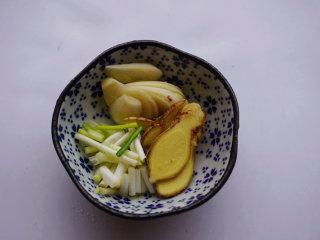 蛋香焖鸡蛋,将老姜、大蒜切成片,葱白切成小段