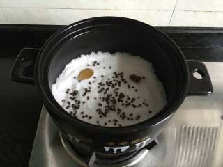 盐焗大闸蟹,再放入八角和香叶;