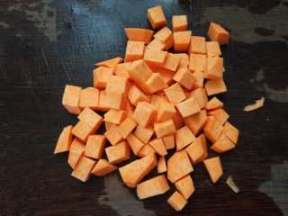 早餐+小米红薯养胃粥,红薯去皮,切成小块。