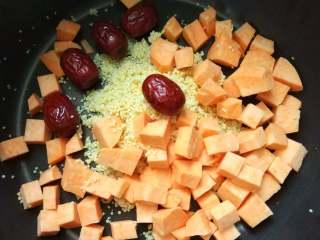 早餐+小米红薯养胃粥,加入洗干净后的红枣。