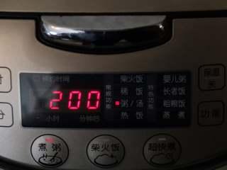 早餐+小米红薯养胃粥,启动电饭锅的煮粥功能键。