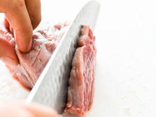自制手撕牛肉干,牛肉顺着纹理切片。一般烧牛肉是逆着纹理,切断牛肉的经络,吃起来会比较嫩,好嚼,但是我们做手撕牛肉干要顺着纹理切。