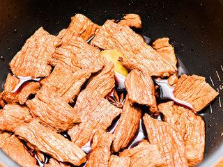 自制手撕牛肉干,红酒的量差不多和牛肉齐平就可以。搅拌均匀后,腌制1小时。隔半小时翻一次面。