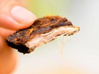自制手撕牛肉干,撕开后的牛肉干,纹理还是能清楚的看出来。