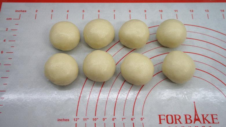 一咬直掉渣儿的蛋黄酥,封口捏严,全部朝下,8个完成,蒙保鲜膜饧20分钟;