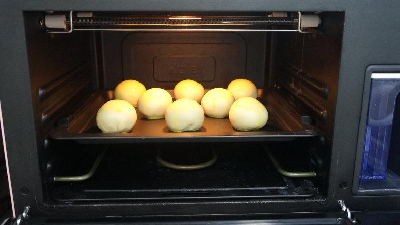 一咬直掉渣儿的蛋黄酥,送进预热好的烤箱中层,180度,上下火,先烤5分钟;