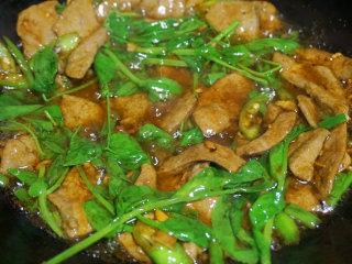 糖醋猪肝,最后下葱节、豌豆苗翻炒几下即可出锅 叨叨叨:豌豆苗可以增加成菜的色泽、口感和口味,是个很不错的搭配
