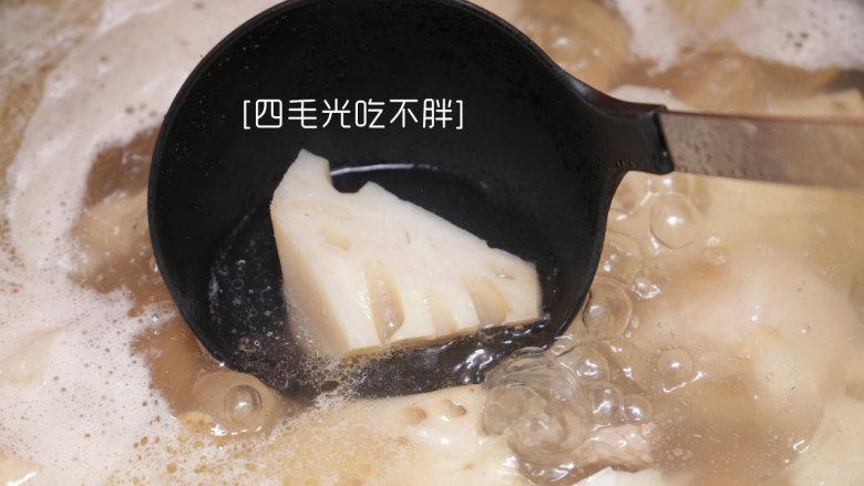 鲜藕炖排骨,将冲洗干净的藕块沥干水,倒入锅内,加入五分之四锅的水;