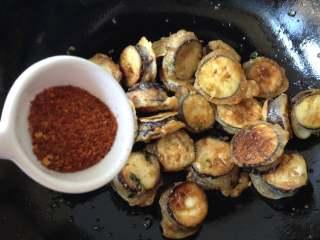 香辣茄盒,倒入炸好的茄盒,再撒上辣椒面翻炒均匀即可出锅