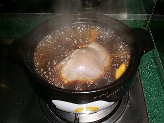 #黑醬油# 香辣鹵豬心,加蓋大火煮沸、轉小火炆燉、中途需翻面更入味