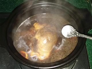 #黑醬油# 香辣鹵豬心,轉大火收濃鹵汁、最后撒少許味精關火