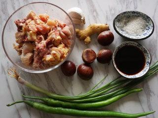 板栗烧鸡,提前将原材料准备好,鸡剁成小块  叨叨叨:菜菜屋选择的是新鲜的三黄鸡搭配板栗,板栗是刚从市场买回来的。其实个人建议为了操作方便,直接买剥了壳的板栗比较省事