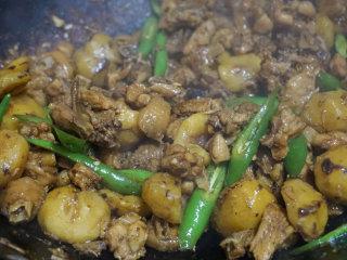 板栗烧鸡,等待汤汁自然收芡,鸡块和板栗完全成熟时下入青椒片翻炒几下即可出锅