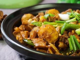 板栗烧鸡,出锅后撒上葱段即可食用