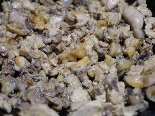 板栗烧鸡,锅内倒少量的油烧热后下入焯水后的鸡块煸炒出多余的水分和油脂  叨叨叨:鸡块本身会出油,但是为了防止粘锅,需要放少量的油