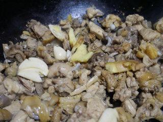 板栗烧鸡,待鸡块煸炒出油后,放拍好的大蒜和老姜爆香