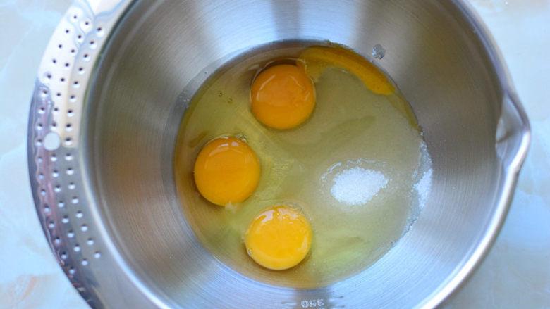 原味甜甜圈,<a style='color:red;display:inline-block;' href='/shicai/ 9'>鸡蛋</a>和砂糖放在一个干净的容器里面;
