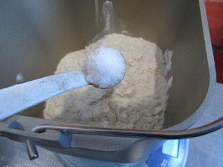牛骨汤烩面,300克面粉加入3克的盐