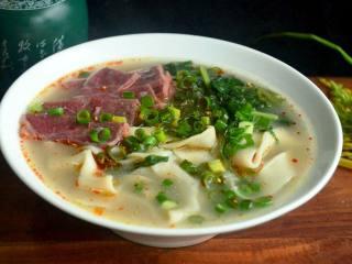 牛骨汤烩面,盛入碗中,可以再加辣椒油和香葱,一碗香喷喷的牛骨汤烩面就可以享用啦