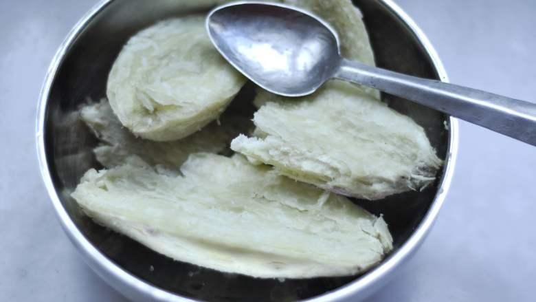 白薯豆沙茶巾绞,蒸熟后,去皮放入小盆,用小勺子把白薯压成泥