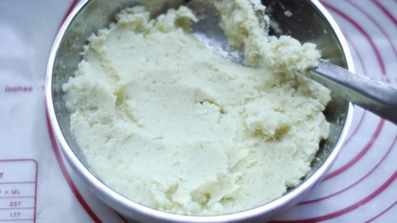 白薯豆沙茶巾绞,将白薯泥搅拌均匀后,分成7个40克的小球