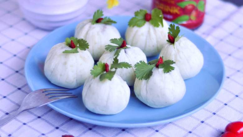 白薯豆沙茶巾绞,打开保鲜袋,放入盘中,用枸杞点缀上小绿叶,这样就做好了。