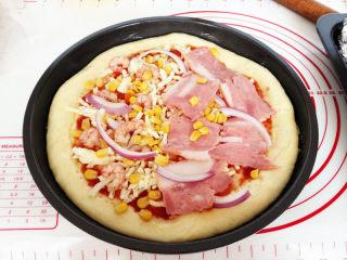 海陆至尊披萨,放上烤好的虾仁,培根,洋葱,甜玉米粒,