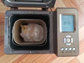 红糖谷物面包,除早餐谷物外所有材料放入面包机,选择粗粮面包程序制作面包
