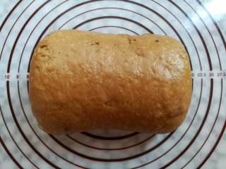 红糖谷物面包,面团从上往下卷起来,收口朝下捏紧