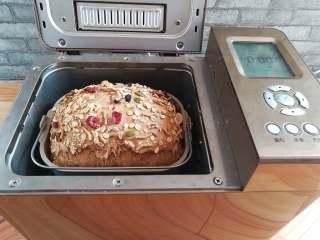 红糖谷物面包,面包烤熟后立即取出脱桶
