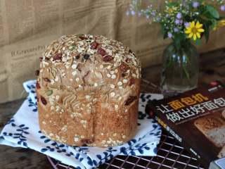 红糖谷物面包,面包放到手摸起来有余温的时候装袋保存(不要放冰箱会加速老化)
