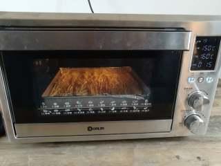 蒜香金针菇(烤箱版),放入烤箱底层,上火150度,下火160度烤10分钟,烤的过程中可以去准备酱料