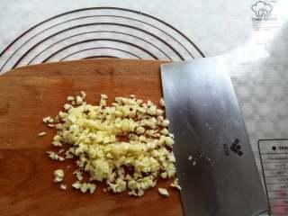 蒜香金针菇(烤箱版),蒜米切成小颗粒