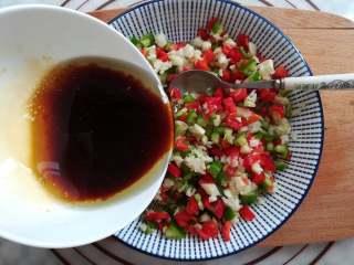 蒜香金针菇(烤箱版),把调味汁倒入辣椒里