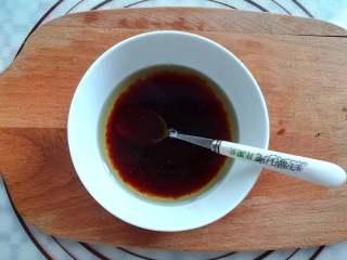 蒜香金针菇(烤箱版),生抽,蚝油,玉米油放入小碗里混合均匀