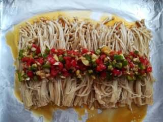 蒜香金针菇(烤箱版),把腌制好的调味料撒在金针菇上面