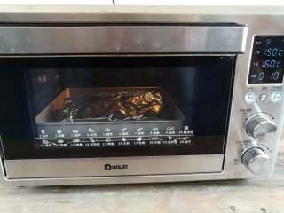 蒜香金针菇(烤箱版),烤盘放入烤箱底层,上火150度,下火160度烤10分钟