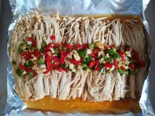 蒜香金针菇(烤箱版),烤熟后取出打开锡纸散热
