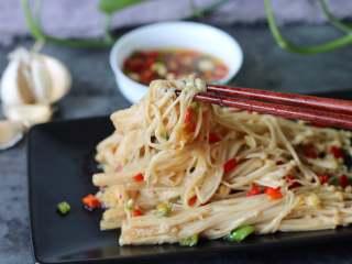 蒜香金针菇(烤箱版),喜欢蒜香的味道,夏天吃蒜米可以解毒呢
