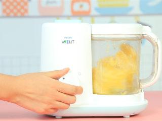 橙香米糕,橙子放入辅食机,搅打出橙汁。